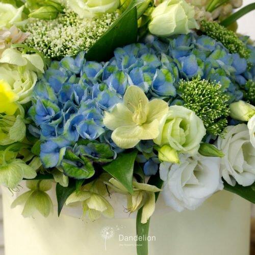 композиция в коробке из цветов