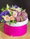 коробка с цветами и макаронами